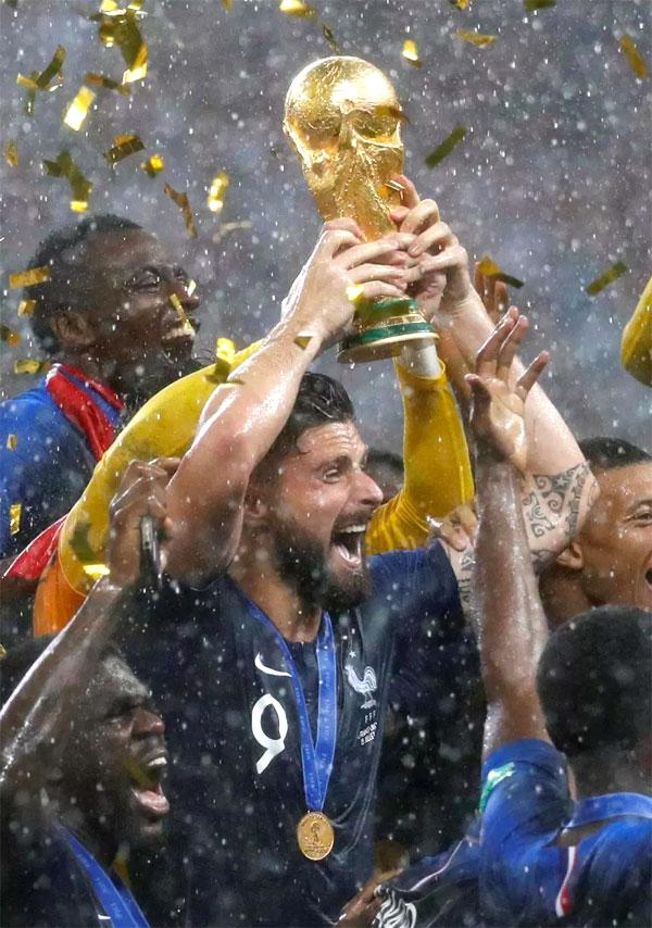 Giroud nâng Cup trong màn ăn mừng dưới mưa của tuyển Pháp. Ảnh: TS.