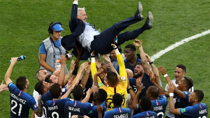 HLV Deschamps được học trò công kênh sau trận. Ảnh: FIFA.