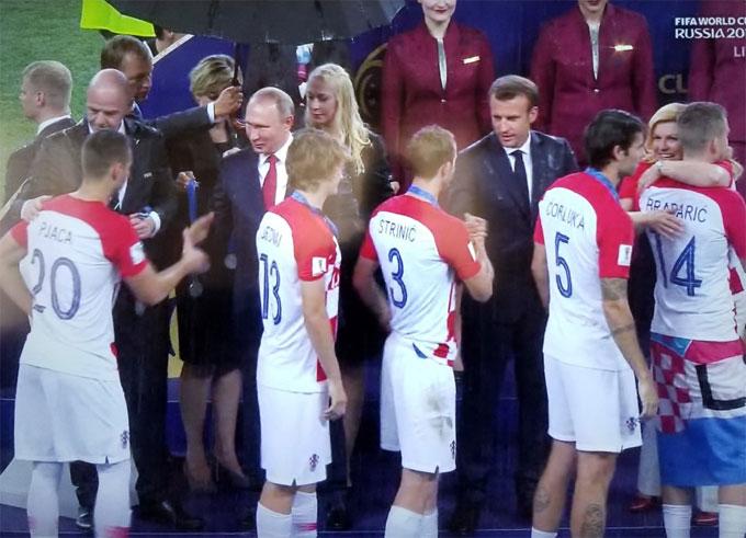 Nữ tổng thống Croatia Kolinda Grabar-Kitarovic cũng đứng dưới mưa cùng chia sẻ với các cầu thủ đội nhà.