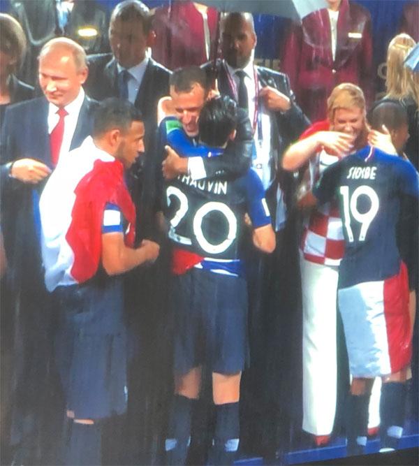 Tổng thống Macron ôm cầu thủ dự bị Thauvin.