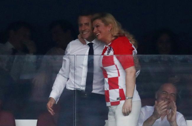 Tổng thống Croatia khoác vai Tổng thống Pháp mừng đội tuyển Pháp vô địch World Cup 2018. Ảnh: