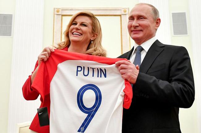 Tổng thống Croatia tặng Tổng thống Nga áo đấu của đội Croatia. Ảnh: AP.