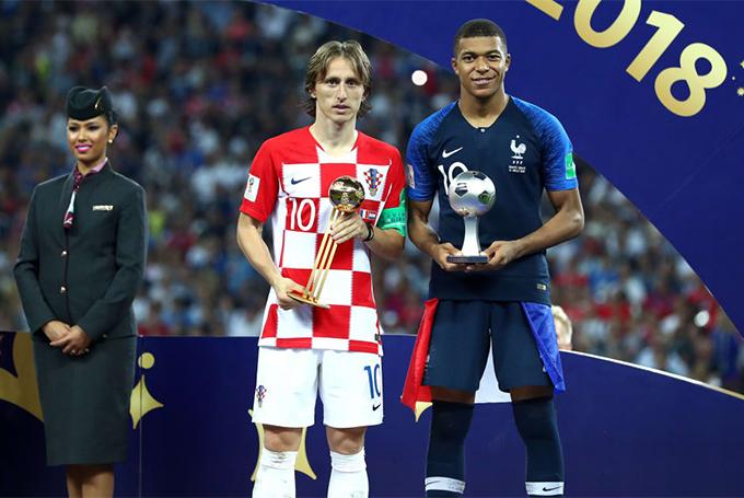 Modric và Mbappe nhận danh hiệu cá nhân sau trận chung kết World Cup 2018. Ảnh: FIFA.