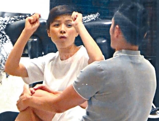 Trần Hào chiều cuối tuần vừa rồiđưa bà xã vàomột tiệm đồ cao cấp trong khu thương mại ở CausewayBay.  Nhiều năm nay, vợ chồng Trần Hào - Trần Nhân Mỹ luôn được khen ngợi là cặp đôi hoàn hảo của showbiz: vợ giỏi giang quán xuyến nhà cửa vàchăm sóc con cái, chồng giỏi kiếm tiền. Bận rộn nhưng bất cứ khi nào có thời gian, họ lại tranh thủ tận hưởng thế giới hai người để hâm nóng tình yêu.