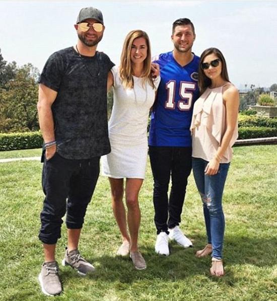 Demi-Leigh (ngoài cùng bên phải) gặp gỡ gia đình Tim Tebow vào tuần trước.