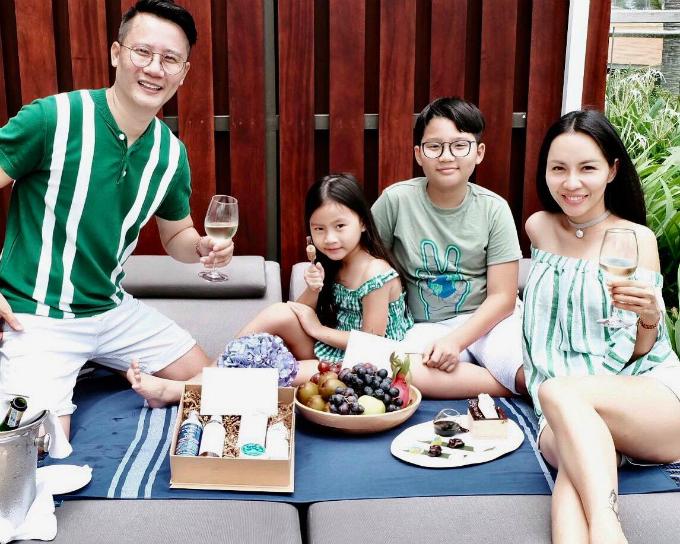 Ca sĩ Hoàng Bách hạnh phúc bên vợ và 2 con trong chuyến du lịch ở Đảo ngọc Phú Quốc.