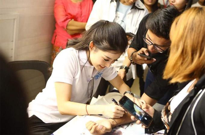 Huyền My vốn có lượng fan đông đảo tại Myanmar nên cô xuất hiện tại đâu cũng thu hút sự quan tâm của truyền thông và công chúng. Các bạn trẻ thi nhau xếp hàng để xin chữ ký và chụp hình kỷ niệm cùng người đẹp.