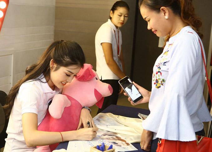 Cô còn nhận được những món quà đáng yêu từ fan Myanmar.