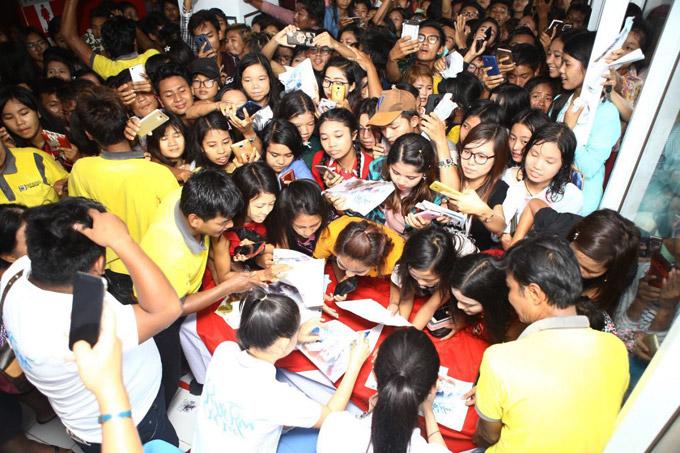 Khi đến một rạp chiếu khác để giao lưu, cả Huyền My lẫn Hoa hậuKhin Wint Wah đều bất ngờ trướctình huống fan chen lấn, xô đẩy vì mong muốn được gặp họ.