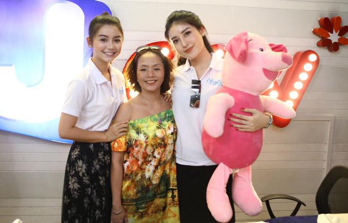 Tham gia cine tour cùng Á hậu còn cóHoa hậu siêu quốc gia Myanmar 2013,Khin Wint Wah (ngoài cùng bên trai)- tình địch của Huyền My trên màn ảnh.