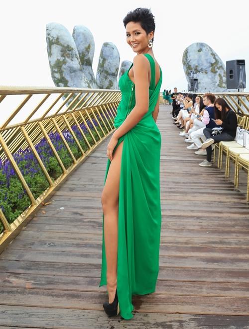 Có mặt trong show A walk to the sky tại Đà Nẵng, Hhen Niê gây ấn tượng với thiết kế xẻ cao trong BST mới Green Code của NTK Lê Thanh Hòa. Nhiều người khen cô có hình thể đẹp, đường cong hút mắt và làn da nâu khỏe khoắn. Họ cho rằng cô đủ sức thi thố tại cuộc thi Miss Universe 2018 được tổ chức cuối năm - đấu trường nhan sắc lớn nhất thế giới. Hhen Niê cho biết vẫn đang ngày đêm luyện tập để trau dồi các kỹ năng và sẵn sàng tỏa sáng khi ra biển lớn.