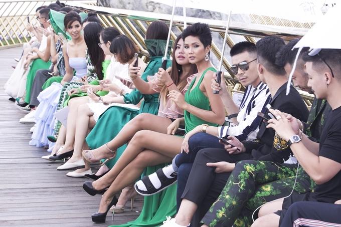 Đăng quang gần nửa năm, Hhen Niê vẫn gây chú ý mỗi khi xuất hiện. Người hâm mộ liên tục động viên, theo dõi từng bước đi của người đẹp