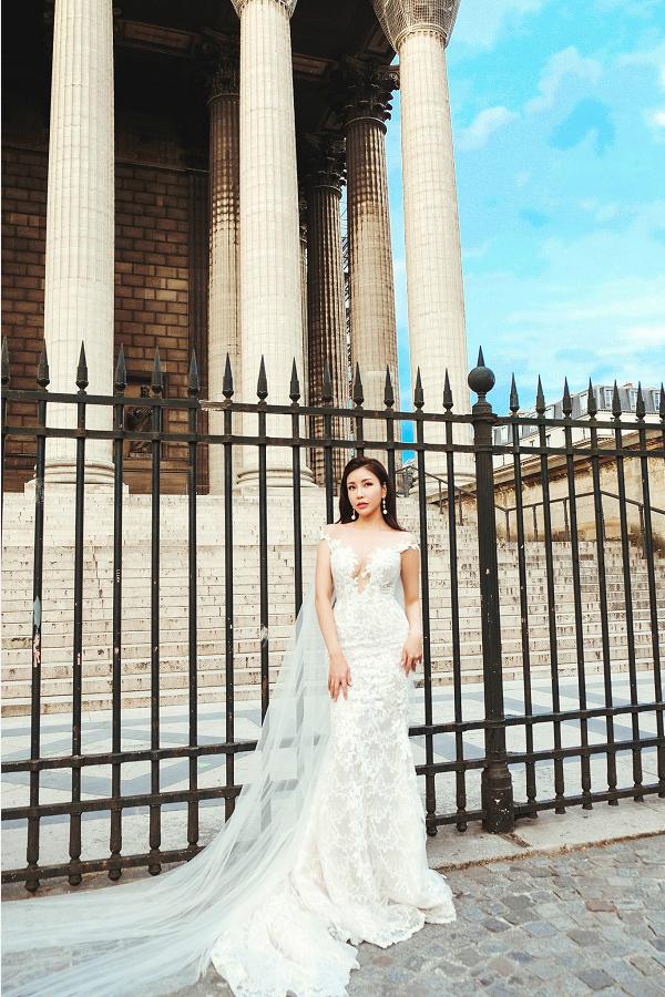 Thiết kế tone trắng tinh tế, bay bổng này cũng làtrang phục dành cho cáccô dâu trong ngày lễ trọng đại cuộc đời.