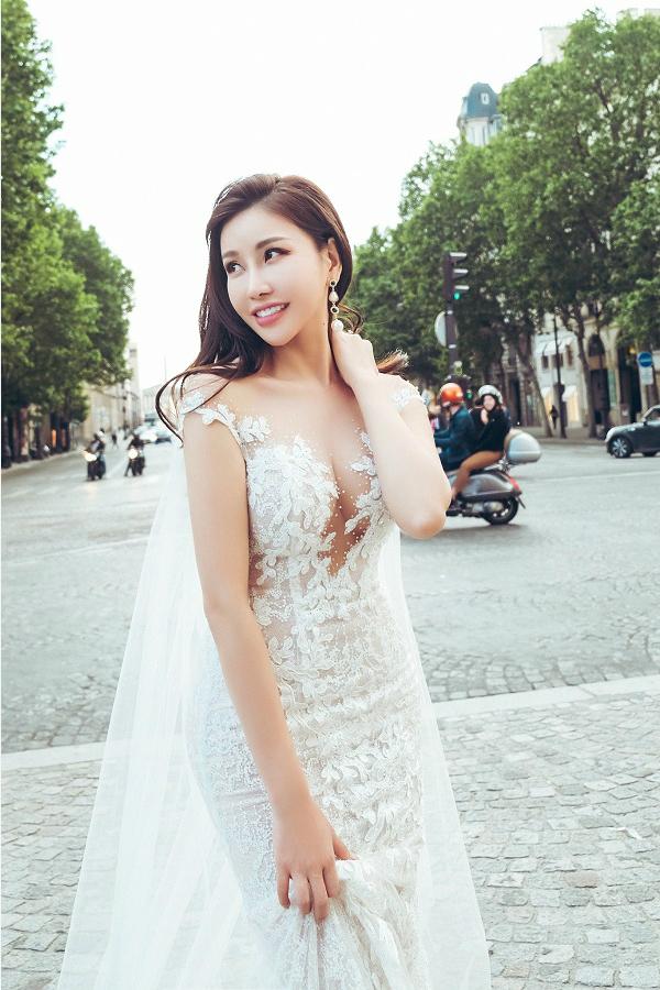 Phần ngực của chiếc váy được đính kết pha lê cầu kỳtrên nền ren cao cấp giúp người đẹpkhoe trọn nét thanh xuân.