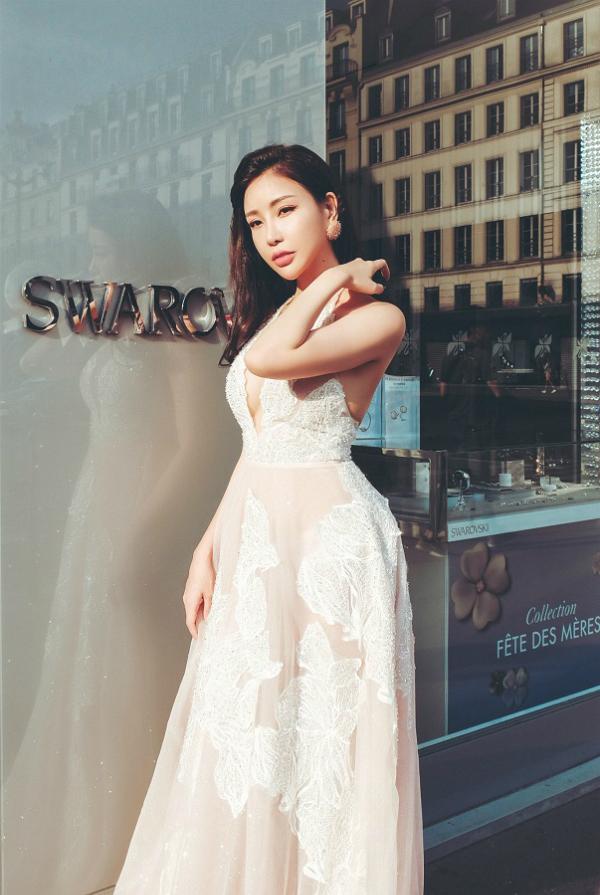 Trong một chiếc đầm khác, nhà thiết kếPhương Linh khéo léo sử dụng những viên đá và pha lê Swarovski cao cấp đính kết thủ công tinh xảo mang lại vẻ lộng lẫy cho người mặc.