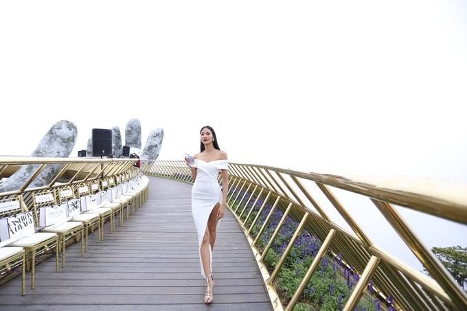 Trước giờ diễn, người đẹp khoe khả năng catwalk trên cầu vàng - sàn catwalk độc đáo nhất tại Việt Nam với chiều dài lên đến 150m.