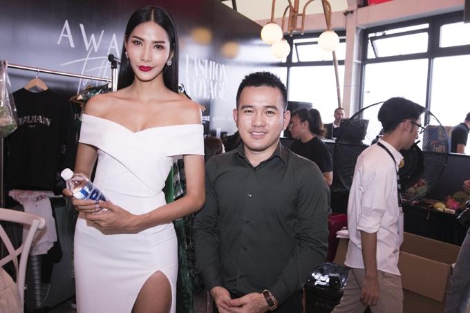 Cô chụp ảnh lưu niệm cùng NTK Lê Thanh Hòa - người anh gắn bó với cô trong nhiều hoạt động. Trưởng thành từ Aquafina Pure Fashion 2009, Lê Thanh Hòa được gọi là NTK của các hoa hậu, nổi tiếng các thiết kế giúp các người đẹp tôn vóc dáng.