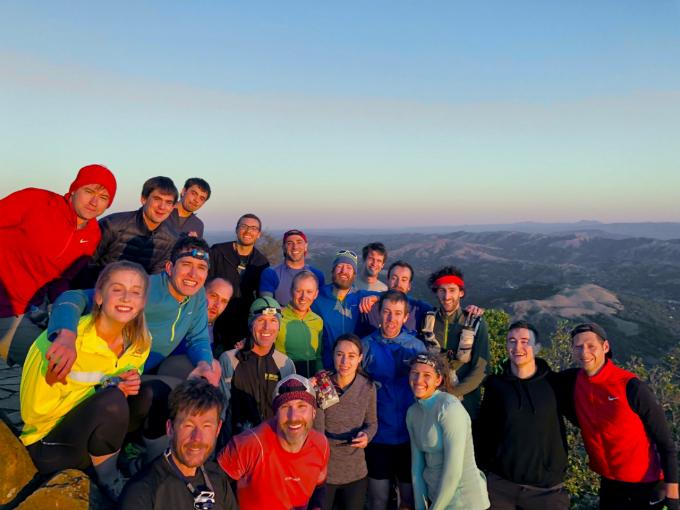 Tỷ phú trẻ (áo đỏ, ngoài cùng bên trái) có sở thích giản dị chạy bộ và leo núi cùng đồng nghiệp. Ảnh: Twitter.