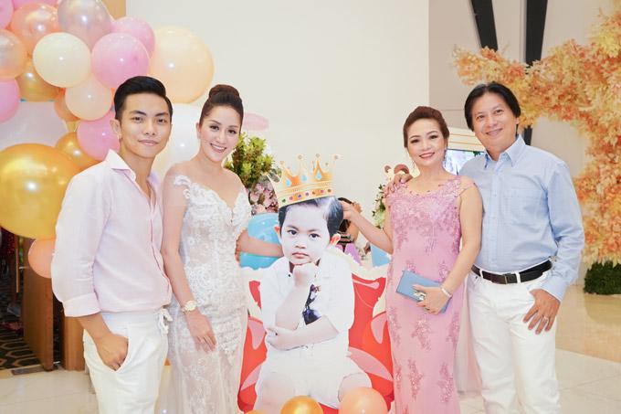 Chuyện tình của cặp đôi từng gặp phải sự phản đối từ gia đình Phan Hiển nhưng hiện tại, Khánh Thi rất được lòng bố mẹ chồng (phải).