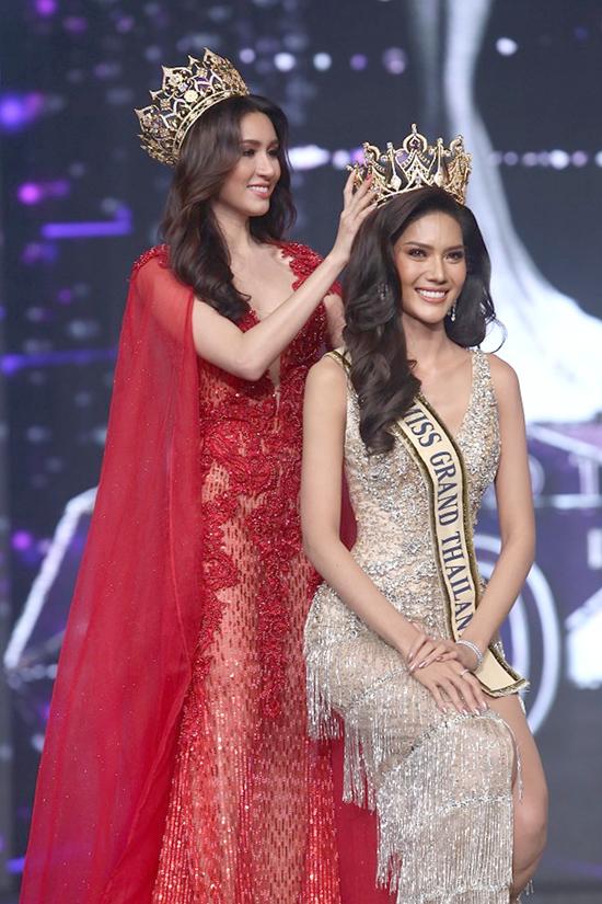Hoa hậu rạng rỡ hạnh phúc khi nhận vương miện từ người tiền nhiệm.