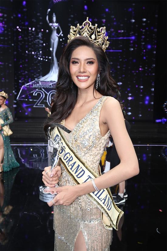 Tối 16/7, chung kết cuôc thi Miss Grand Thái Lan diễn ra tại Bangkok, với sự góp mặt của 76 thí sinh. Với gương mặt khả ái, vóc dáng đẹp, cô gái tuổi đã giành chiến thắng chung cuộc.