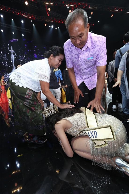 Ngay trên sân khấu sau lễ đăng quang, Hoa hậu quỳ lạy bố mẹ để bày tỏ lòng biết ơn công dưỡng dục của đấng sinh thành.