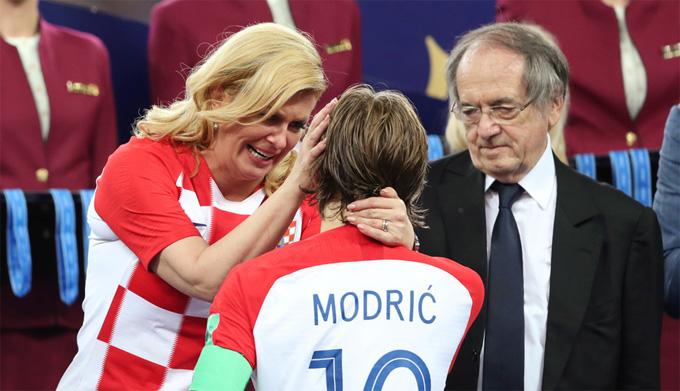 Tổng thống Croatia lau nước mắt cho thủ quânLuka Modric sau khi đội Croatia thua Pháp ở chung kết World Cup tối qua. Ảnh:RT.