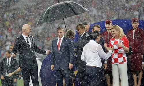 Putin bị châm chọc vì một mình được che ô trong lễ trao giải World Cup