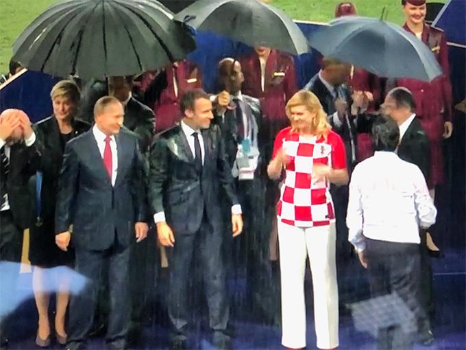 Các quan chức khác sau đó cũng được che ô nhưng những chiếc ô này nhỏ hơn của Tổng thống Putin. Ảnh: Twitter.