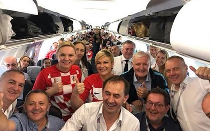 BàGrabar-Kitarovic trên chuyến bay cùng các cổ động viên Croatia sang Nga để cổ vũ đội nhà. Ảnh: Facebook.