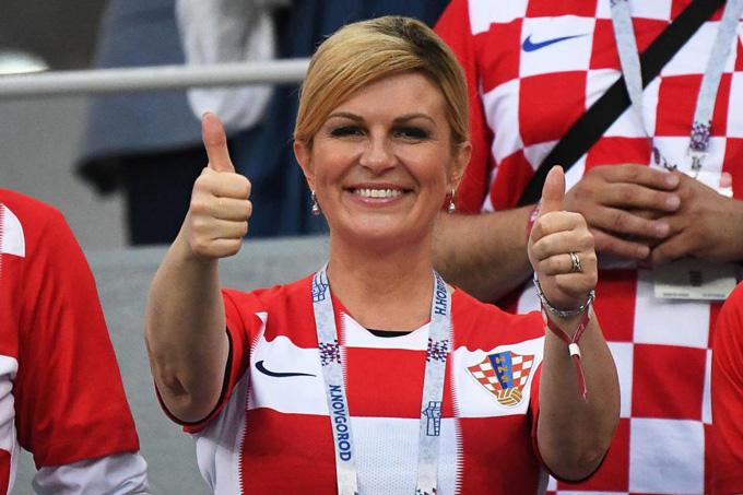 Tổng thống Croatia Kolinda Grabar-Kitarovic ăn mừng trước chiến thắng của tuyển nhà trong trận tứ kết. Ảnh: AFP>