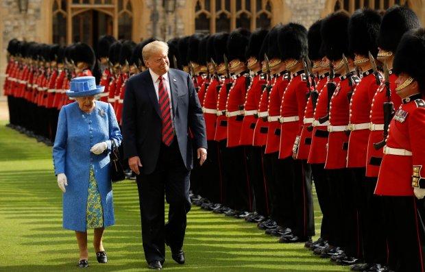 Tổng thống Trump duyệt đội danh dự của Nữ hoàng Anh hôm 13/7 tại lâu đài Windsor. Ảnh: AFP.