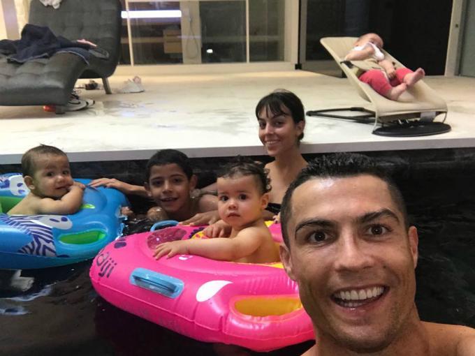 Ronaldo thường du lịch sang chảnh sau khi xa rời trái bóng - 12