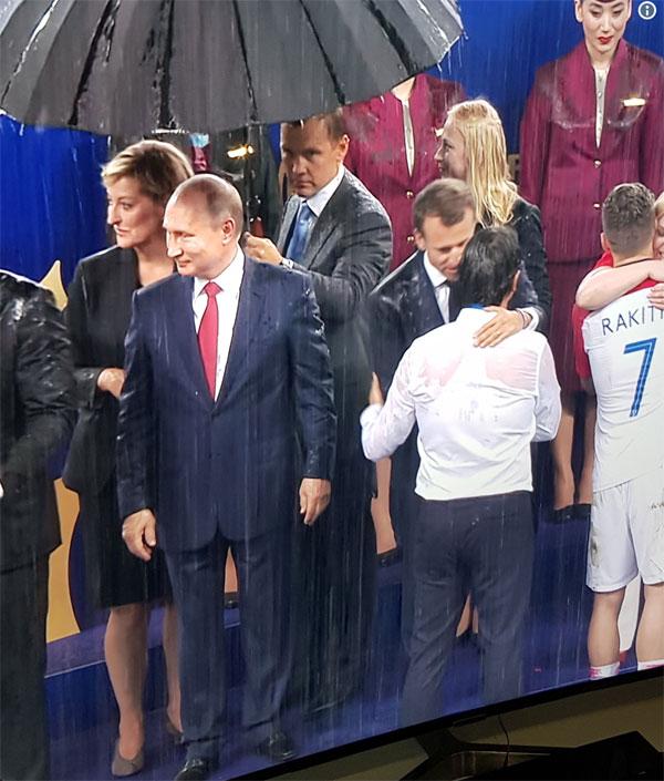 Trong khi đó, ông Putin luôn thường trực ô che, được cầm bởi một người trợ lý đứng phía sau.