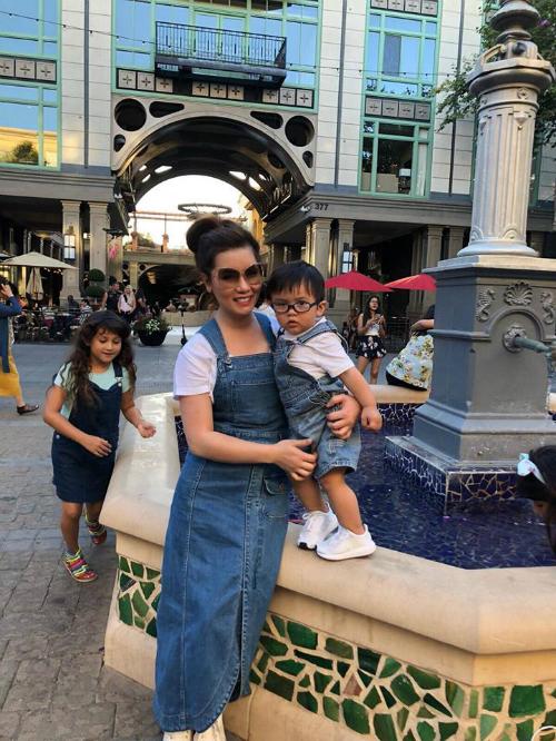 Thủy Tiên (vợ Đan Trường) và con trai Thiên Từ 16 tháng tuổi tung tăng dạo phố.