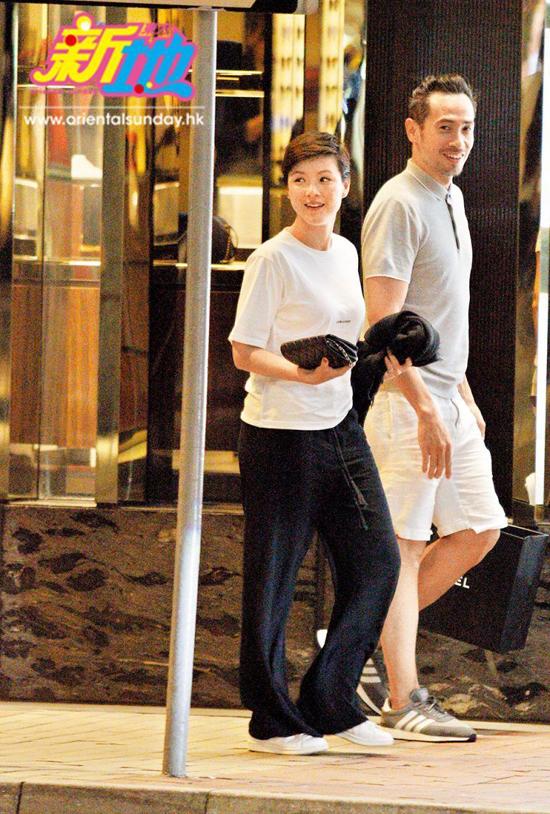 Cặp đôi nổi tiếng ra về sau buổi mua sắm thành công. Không chỉthanh toán tiền, ông xã Trần Hào tiếp tục làm một người xách đồ tận tụy.