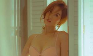 Ngọc Trinh diện nội y khoe hình thể sexy ở tuổi 29