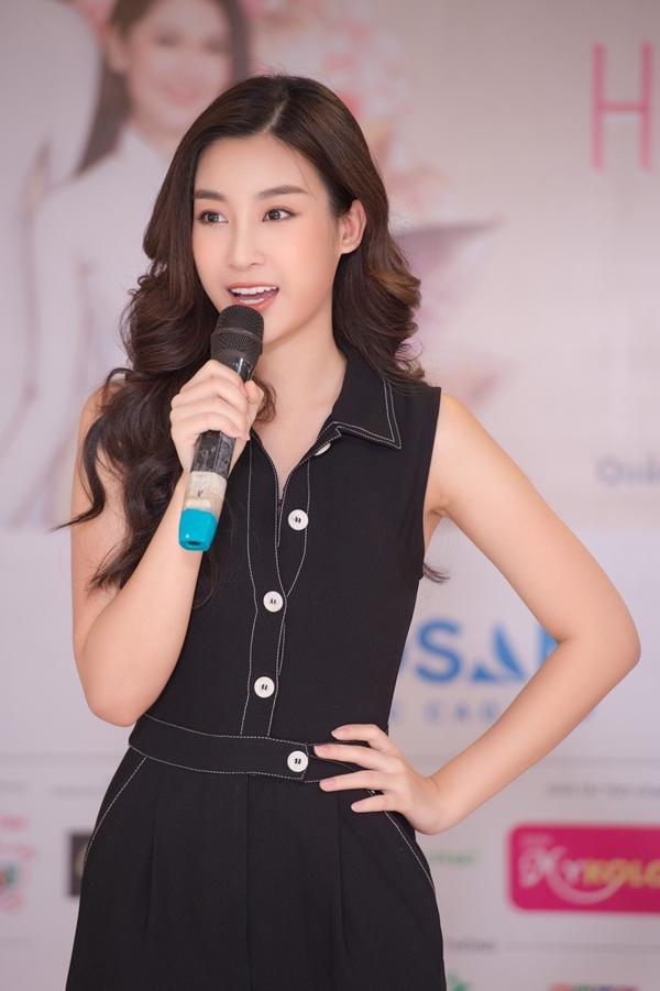 Đỗ Mỹ Linh thị phạm catwalk cho thí sinh Hoa hậu VN