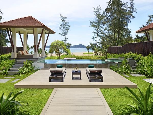 Banyan Tree sở hữu những căn biệt thự có hồ bơi riêng được xây dựng ở lưng chừng đồi với tầm nhìn biển hoặc những căn gần biển có sân vườn xanh mát. Giá từ 6,434 triệu đồng đến 29,65 triệu đồng một đêm.