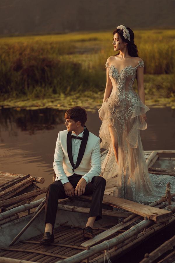 Vòng hoa cài đầu là một gợi ý mà cô dâu có thể tham khảo thay vì vương miện quen thuộc.