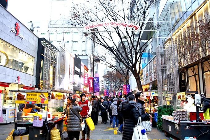 Khu nua sắm nổi tiếng tại Myeongdong. Ảnh: DanielFoodDiary.com