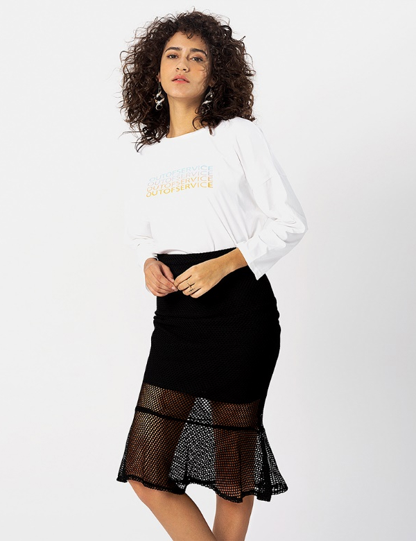 Một chiếc áo thun dài tay được phối hài hòa với chân váy lưới đuôi cá điệu đà.