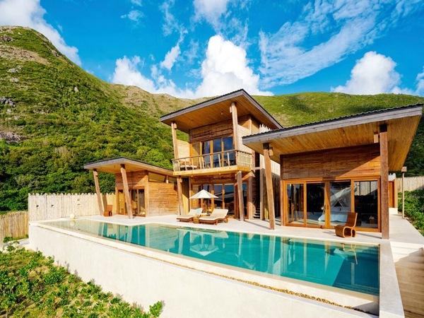 Sở hữu 50 căn biệt thự với hồ bơi riêng cùng lối kiến trúc được xây dựng từ gỗ, Six Senses Côn Đảo mang đến trải nghiệm xa hoa của một thiên đường nghỉ dưỡng ven biển. Giá từ 9,3 triệu đến 63,59 triệu đồng một đêm.