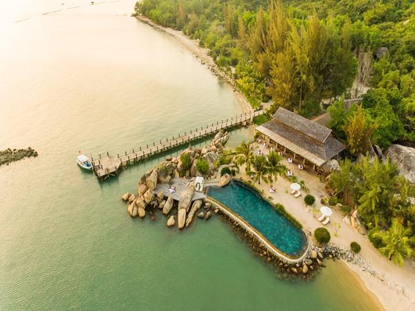 LAlyana Ninh Van Bay cũng là một khu nghỉ dưỡng được biết đến bởi vẻ đẹp hoang sơ, lãng mạn nằm trải dọc bên vịnh Ninh Vân, Nha Trang. Resort gồm 35 căn villas có không gian mở hướng biển xanh, cát trắng hay nép mình vào những khối đá tự nhiên. Giá từ 5,5 triệu đến 16,7 triệu đồng một đêm.