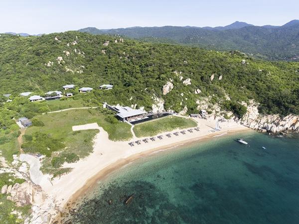 Amanoi Resort sở hữu vị trí đắc địa trên đỉnh những ngọn núi xanh mướt của vườn quốc gia Núi Chúa hướng ra vịnh Vĩnh Hy, Ninh Thuận - một trong 4 vịnh đẹp nhất Việt Nam.