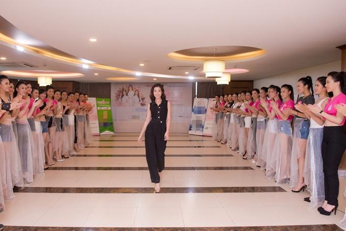 Đỗ Mỹ Linh thị phạm catwalk cho thí sinh Hoa hậu VN - 2
