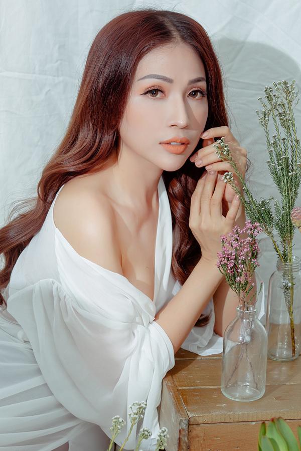 Khả Như năm nay 31 tuổi, từng được khán giả biết đến qua phim điện ảnh 49 ngày, Đại ca U70, sitcom Nhà là để trọ, web drama Biệt đội 1-0-2 - Lật mặt showbiz...
