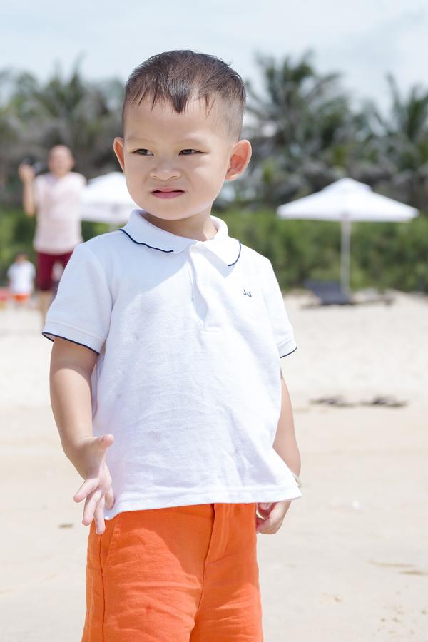 Bé Mio vừa tròn 2 tuổi. Cậu bé đã thuộc gần hết bảng chữ cái, biết nói vài từ tiếng Anh.