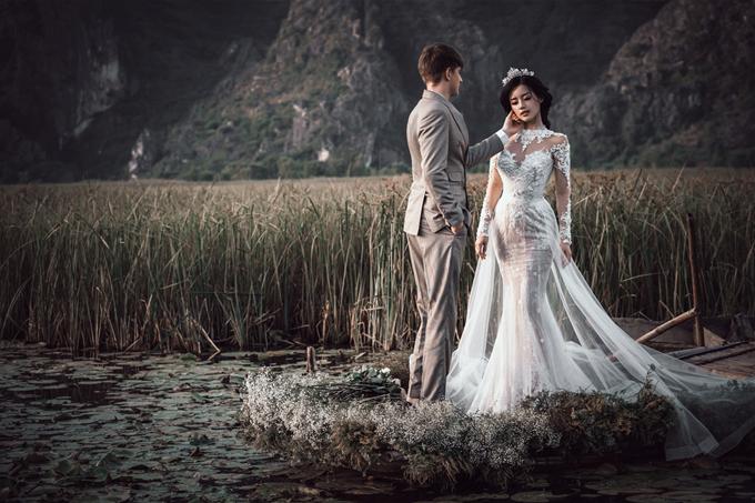 Phần tà váy trong suốt, bay bổng kết hợp vương miện giúp cô dâu hóa thành một nàng công chúa bên cạnh người đàn ông của mình.