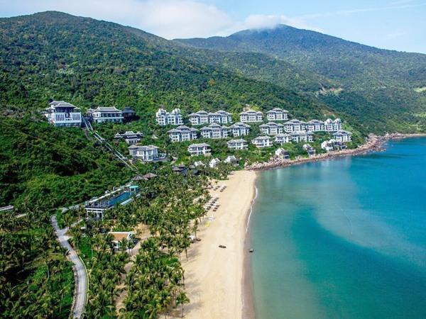 InterContinental Danang Sun Peninsula Resort được kiến trúc sư lừng danh Bill Bensley thiết kế trên sườn đồi phía bắc Bán đảo Sơn Trà, với tầm nhìn ra vịnh biển Đà Nẵng tuyệt đẹp.